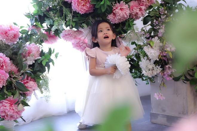 Mới hơn 2 tuổi, con gái Hải Băng đã gây sốt: Xinh trong veo như công chúa, lại còn biết tạo dáng chuyên nghiệp - ảnh 4