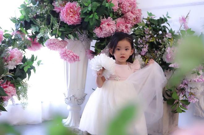 Mới hơn 2 tuổi, con gái Hải Băng đã gây sốt: Xinh trong veo như công chúa, lại còn biết tạo dáng chuyên nghiệp - ảnh 3