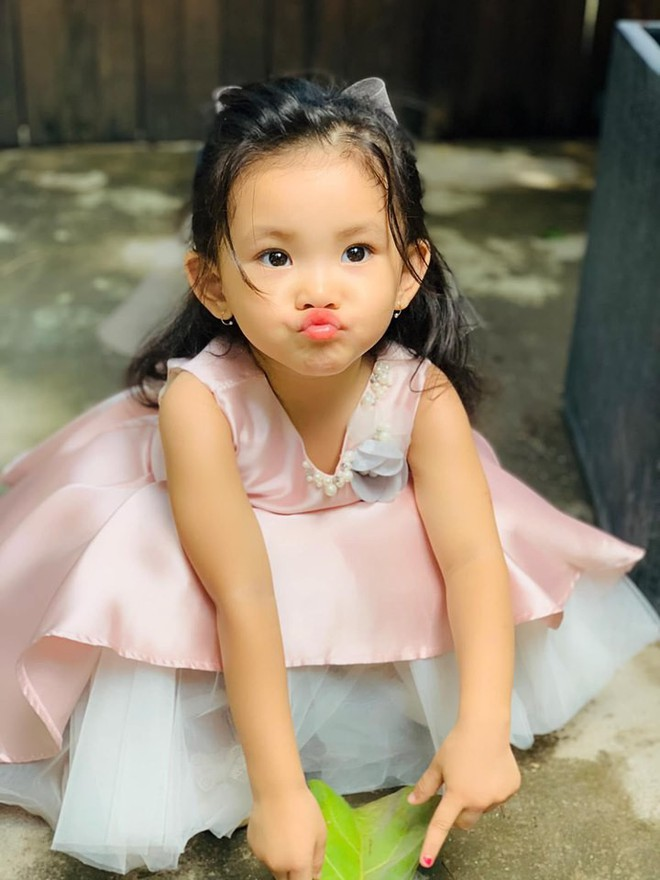 Mới hơn 2 tuổi, con gái Hải Băng đã gây sốt: Xinh trong veo như công chúa, lại còn biết tạo dáng chuyên nghiệp - ảnh 8