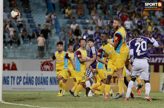 Ngoại binh nhập viện khẩn cấp giữa trận, đội bét bảng vẫn cầm hòa Hà Nội FC thành công - ảnh 8