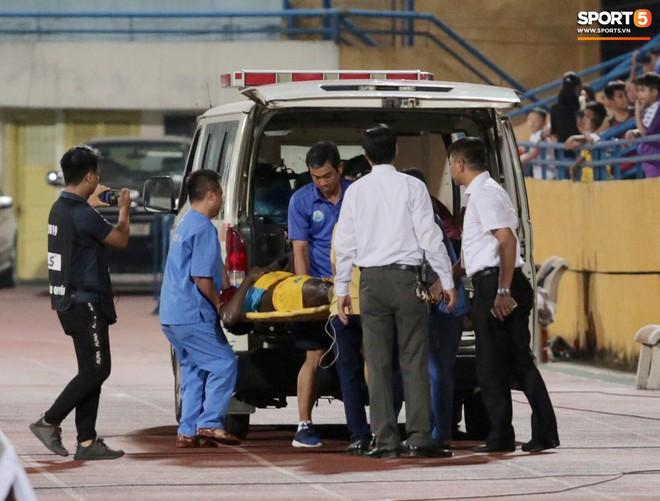 Ngoại binh nhập viện khẩn cấp giữa trận, đội bét bảng vẫn cầm hòa Hà Nội FC thành công - ảnh 12