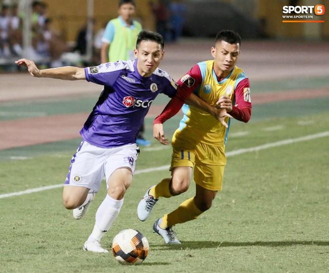 Ngoại binh nhập viện khẩn cấp giữa trận, đội bét bảng vẫn cầm hòa Hà Nội FC thành công - ảnh 1
