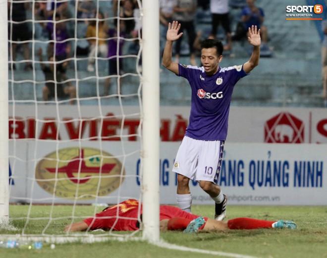 Ngoại binh nhập viện khẩn cấp giữa trận, đội bét bảng vẫn cầm hòa Hà Nội FC thành công - ảnh 6