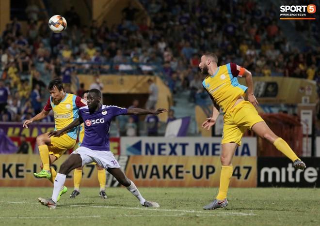 Ngoại binh nhập viện khẩn cấp giữa trận, đội bét bảng vẫn cầm hòa Hà Nội FC thành công - ảnh 3