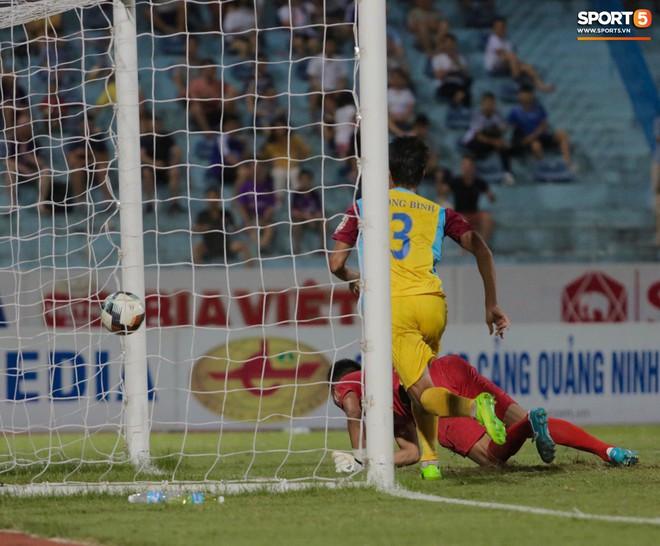 Ngoại binh nhập viện khẩn cấp giữa trận, đội bét bảng vẫn cầm hòa Hà Nội FC thành công - ảnh 5