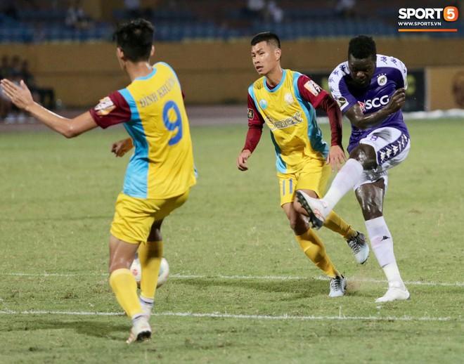 Ngoại binh nhập viện khẩn cấp giữa trận, đội bét bảng vẫn cầm hòa Hà Nội FC thành công - ảnh 14