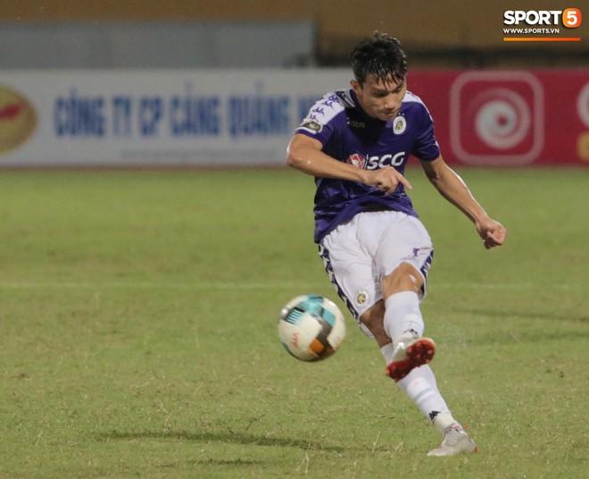 Ngoại binh nhập viện khẩn cấp giữa trận, đội bét bảng vẫn cầm hòa Hà Nội FC thành công - ảnh 13