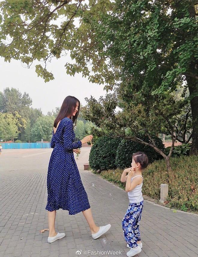 Cô con gái 3 tuổi của Hoa hậu Thế giới Trương Tử Lâm gây sốt: Chân dài miên man, tương lai nối nghiệp Hoa hậu của mẹ - ảnh 1