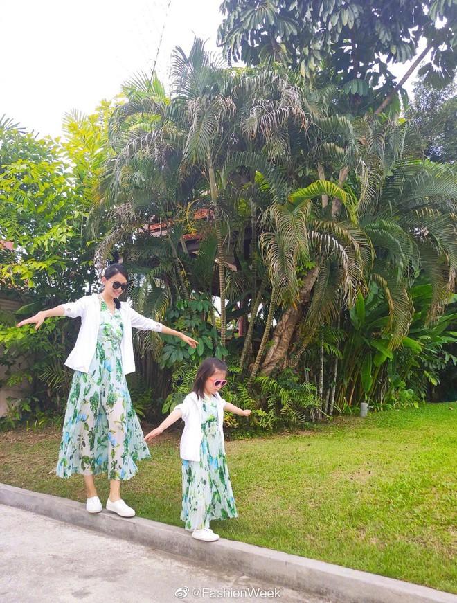 Cô con gái 3 tuổi của Hoa hậu Thế giới Trương Tử Lâm gây sốt: Chân dài miên man, tương lai nối nghiệp Hoa hậu của mẹ - ảnh 4
