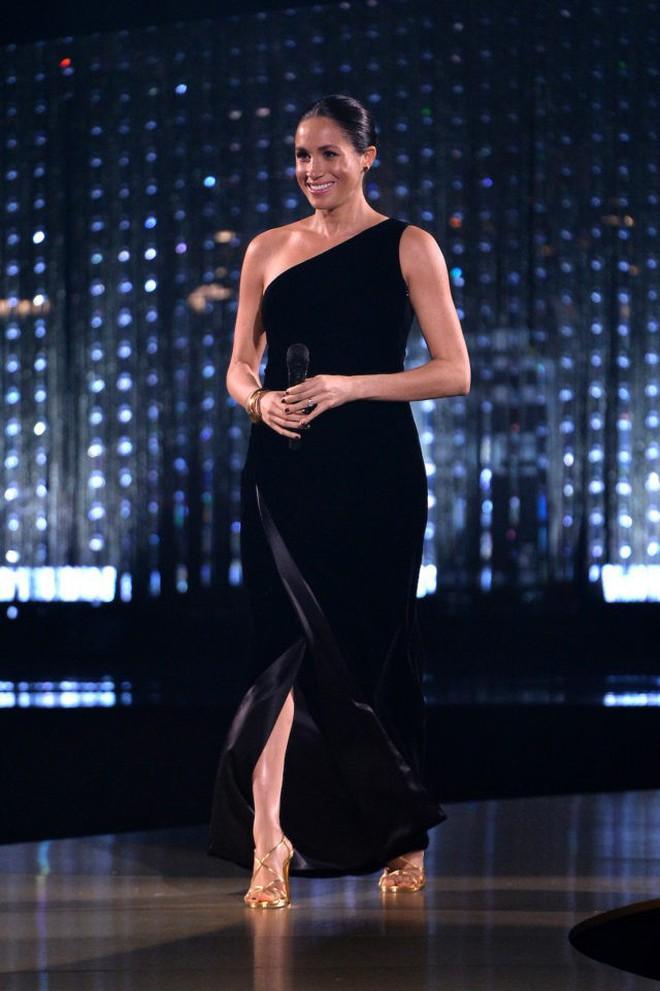 """Không ngừng bị chỉ trích về trang phục như """"tát nước vào mặt"""", Meghan Markle phải chịu bất công quá lớn so với công nương Kate - ảnh 5"""