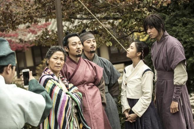 Giật mình các nam thần Hàn cao trên 1m9 đứng bên đồng nghiệp: Như người khổng lồ, Lee Kwang Soo chưa là gì so với số 5 - ảnh 19