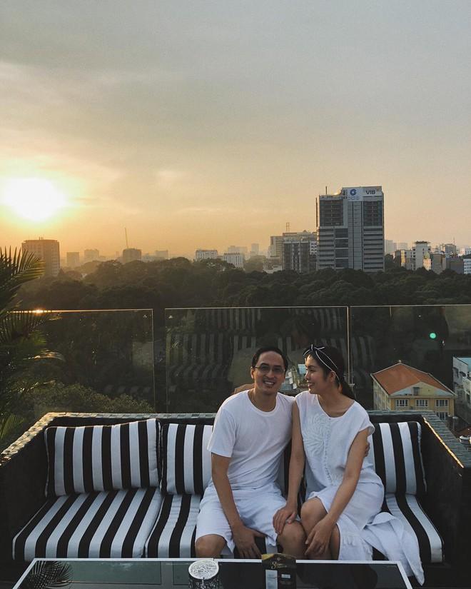 Louis Nguyễn tình tứ khoác vai Hà Tăng trên đảo thiên thần Santorini, 10 năm bên nhau vẫn hạnh phúc như ngày đầu - ảnh 2