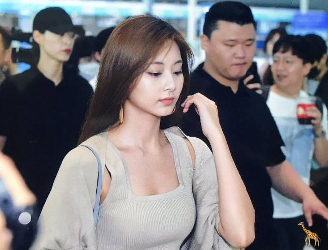 Nữ thần thế hệ mới Tzuyu (TWICE) gây choáng với vẻ đẹp xuất thần và biểu cảm của nhân viên sân bay nói lên tất cả - ảnh 10