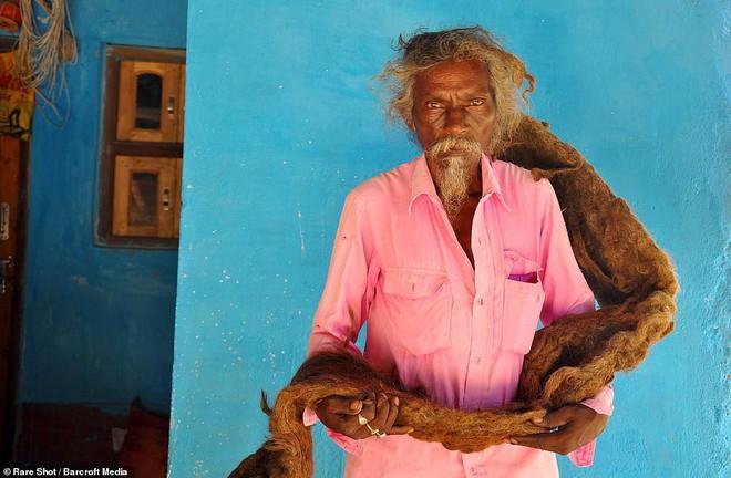 40 năm trời không dám cắt tóc gội đầu, người đàn ông Ấn Độ giải thích làm thế vì 'đây là yêu cầu của Thượng đế' - ảnh 6