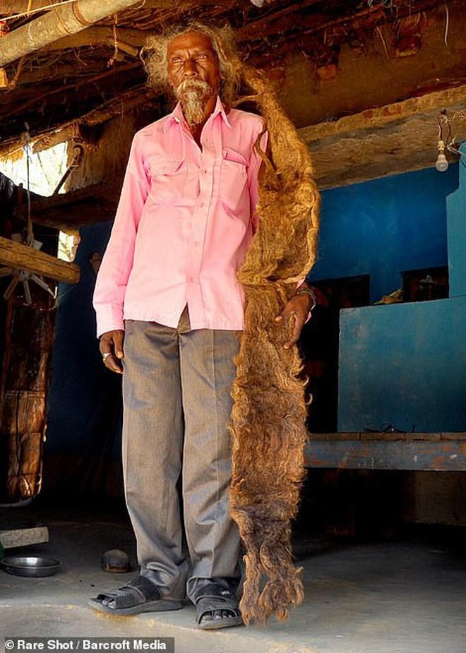 40 năm trời không dám cắt tóc gội đầu, người đàn ông Ấn Độ giải thích làm thế vì 'đây là yêu cầu của Thượng đế' - ảnh 5