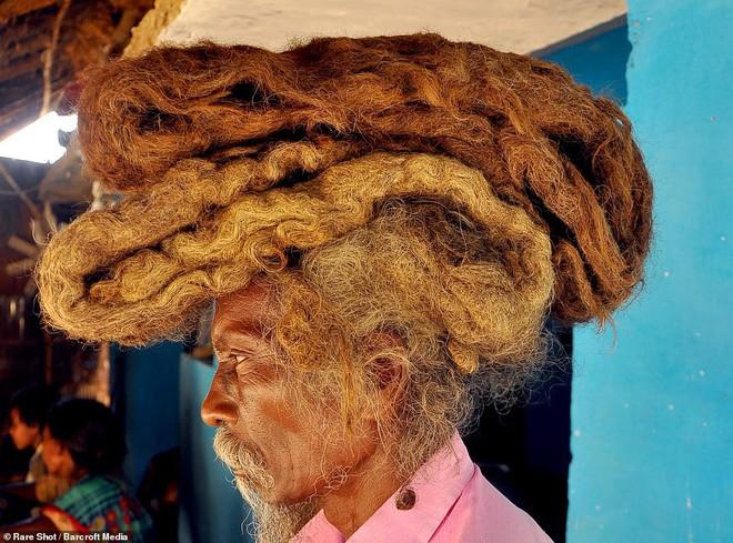 40 năm trời không dám cắt tóc gội đầu, người đàn ông Ấn Độ giải thích làm thế vì 'đây là yêu cầu của Thượng đế' - ảnh 1