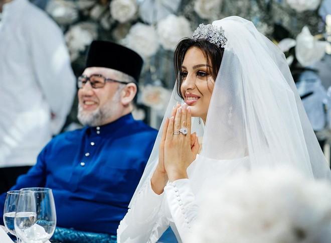 HOT: Nữ hoàng sắc đẹp Nga ly dị cựu vương Malaysia sau 1 năm kết hôn, khi vừa sinh con được 2 tháng - ảnh 1
