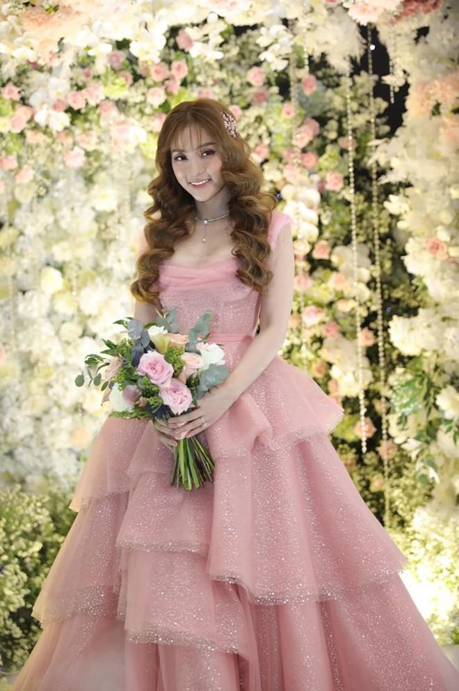 Cô dâu Thu Thủy chọn váy màu hồng của NTK Việt, tiết lộ đây cũng là người thiết kế váy cưới cho Đàm Thu Trang - ảnh 3