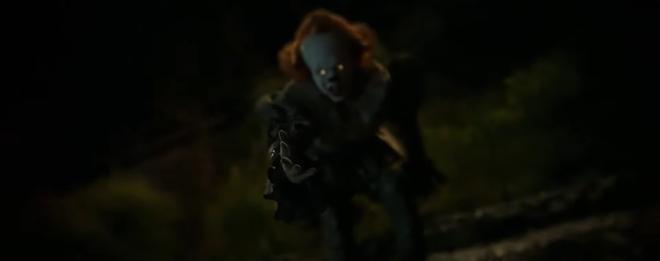 IT 2 tung trailer sợ khiếp vía: Gã hề biến thái Pennywise không chỉ đối đầu nhóm Loser mà ám cả thị trấn! - ảnh 2
