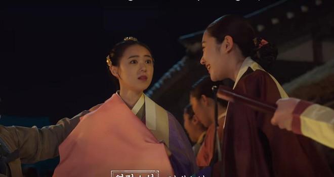 """Rookie Historian Goo Hae Ryung: Cha Eun Woo bị Shin Se Kyung ném đá """"sấp mặt"""" vì viết sách quá dở! - Ảnh 2."""