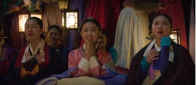 """Rookie Historian Goo Hae Ryung: Cha Eun Woo bị Shin Se Kyung ném đá """"sấp mặt"""" vì viết sách quá dở! - Ảnh 3."""