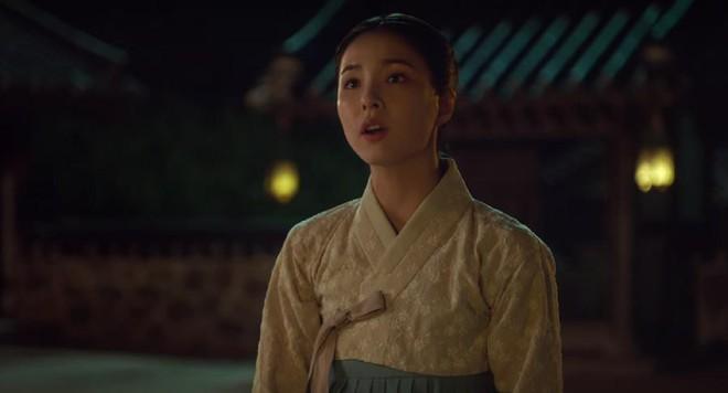 """Rookie Historian Goo Hae Ryung: Cha Eun Woo bị Shin Se Kyung ném đá """"sấp mặt"""" vì viết sách quá dở! - Ảnh 5."""