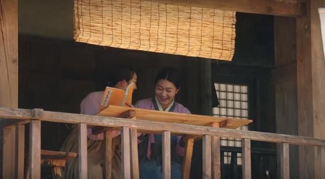 """Rookie Historian Goo Hae Ryung: Cha Eun Woo bị Shin Se Kyung ném đá """"sấp mặt"""" vì viết sách quá dở! - Ảnh 7."""