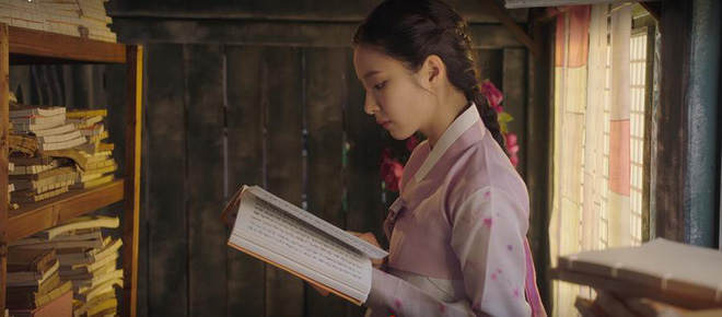 """Rookie Historian Goo Hae Ryung: Cha Eun Woo bị Shin Se Kyung ném đá """"sấp mặt"""" vì viết sách quá dở! - Ảnh 9."""