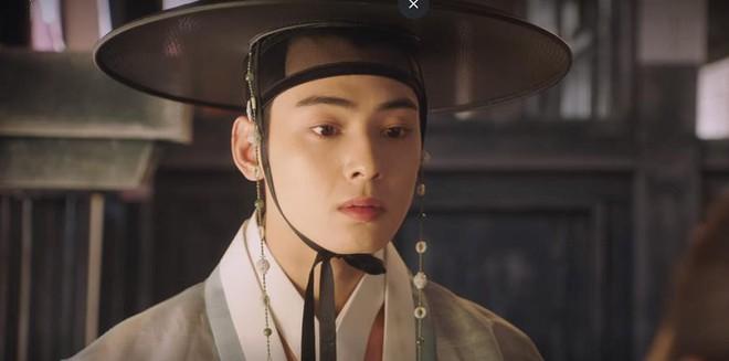 """Rookie Historian Goo Hae Ryung: Cha Eun Woo bị Shin Se Kyung ném đá """"sấp mặt"""" vì viết sách quá dở! - Ảnh 10."""