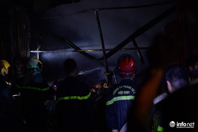 Hà Nội: Cháy xưởng nhựa trên phố Tân Mai, hai người may mắn chạy thoát - ảnh 7