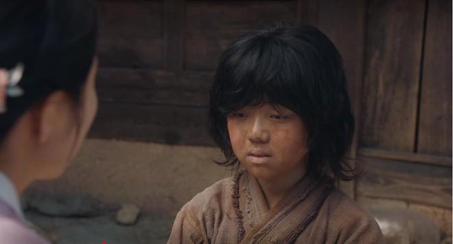 """Rookie Historian Goo Hae Ryung: Cha Eun Woo bị Shin Se Kyung ném đá """"sấp mặt"""" vì viết sách quá dở! - Ảnh 12."""