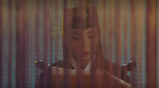 """Rookie Historian Goo Hae Ryung: Cha Eun Woo bị Shin Se Kyung ném đá """"sấp mặt"""" vì viết sách quá dở! - Ảnh 14."""
