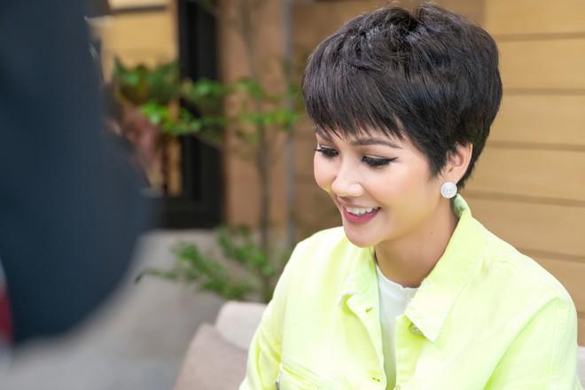 Hoa hậu H'Hen Niê tiết lộ từng được khuyên tiêm môi, sửa mũi, làm trắng da trước khi thi quốc tế - ảnh 1
