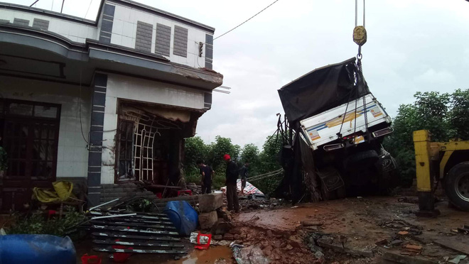 Xe tải đổ đèo lao qua đường tông sập nhà dân, một người đàn ông may mắn thoát chết - ảnh 2