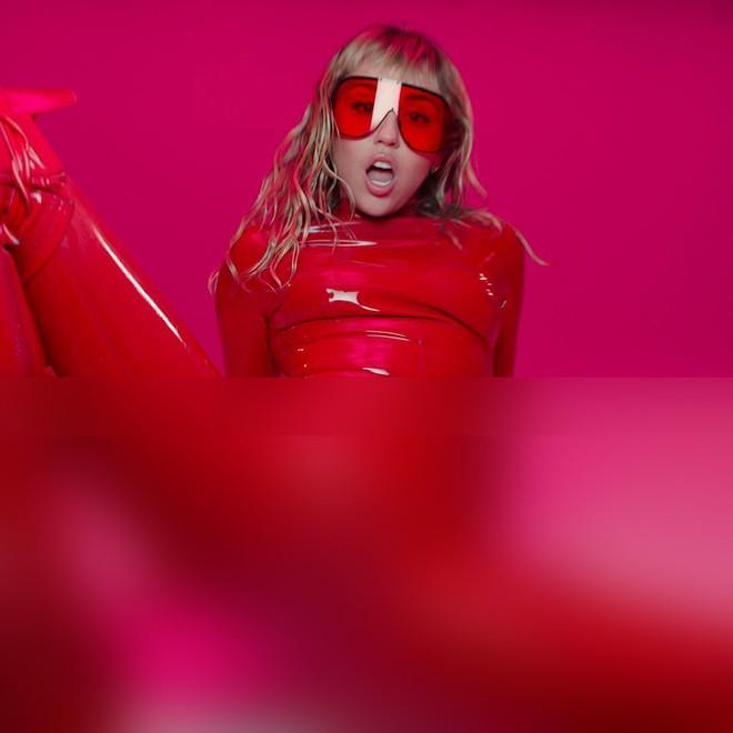 Nóng mắt với hình ảnh mới nhất của Miley Cyrus: Trước đã phản cảm, nay thậm chí còn gây sốc hơn - ảnh 1
