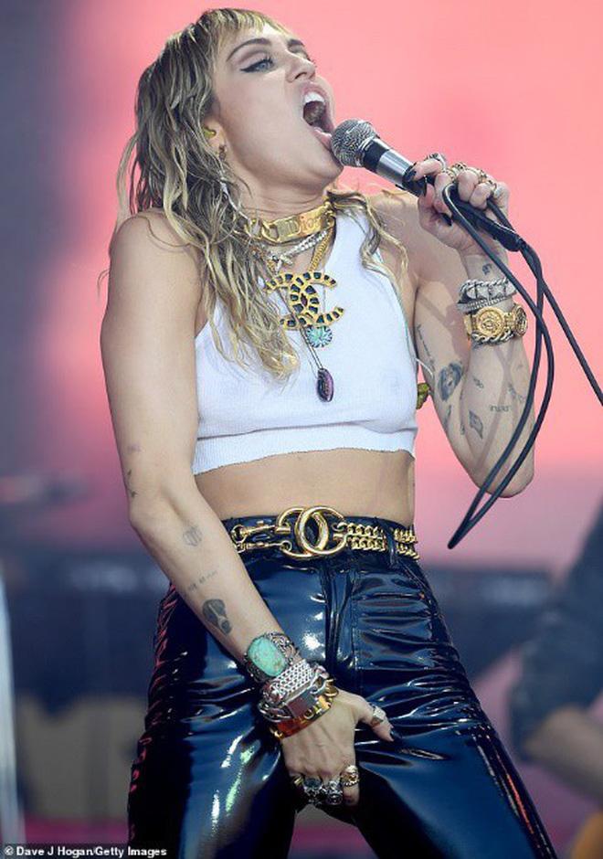 Nóng mắt với hình ảnh mới nhất của Miley Cyrus: Trước đã phản cảm, nay thậm chí còn gây sốc hơn - ảnh 2