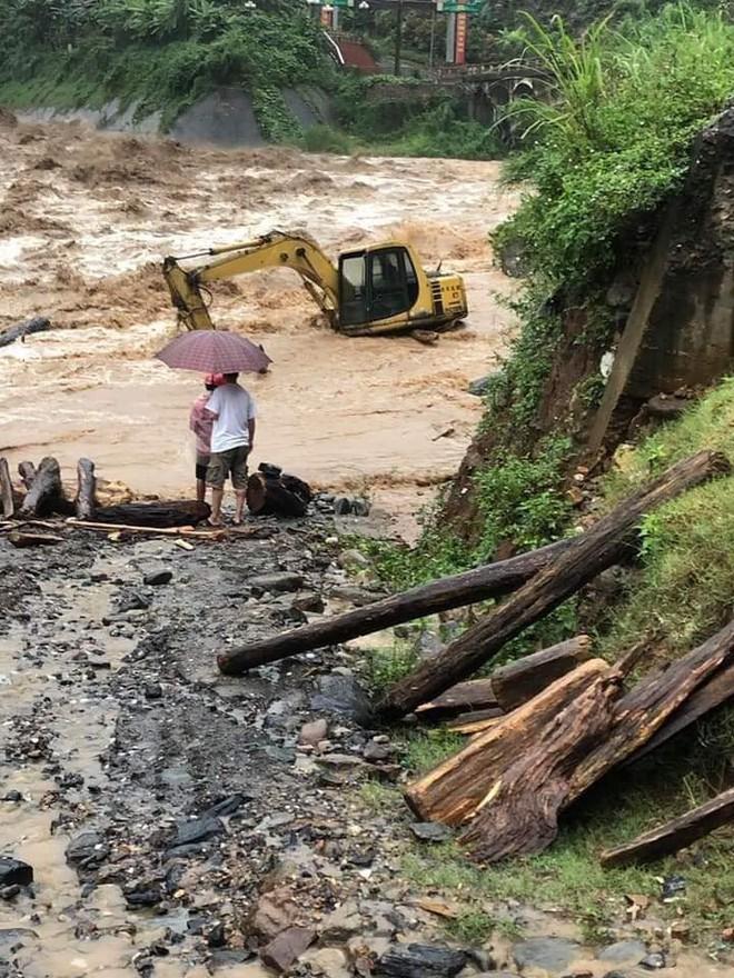 Mưa lớn gây lũ quét ở Yên Bái, nhấn chìm cả xe tải lẫn máy xúc công trình - Ảnh 3.