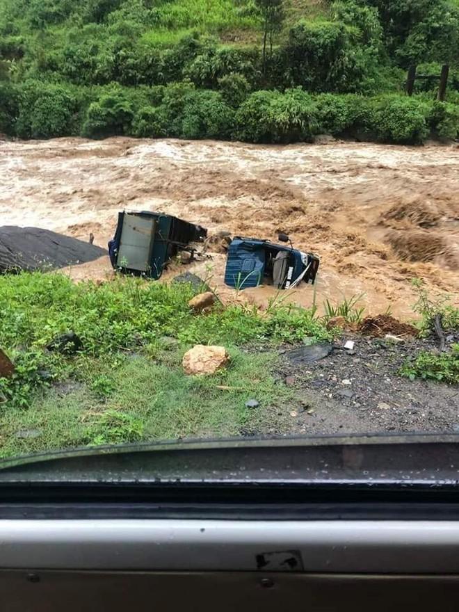 Mưa lớn gây lũ quét ở Yên Bái, nhấn chìm cả xe tải lẫn máy xúc công trình - Ảnh 4.