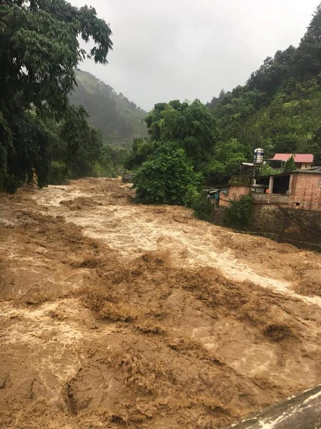 Mưa lớn gây lũ quét ở Yên Bái, nhấn chìm cả xe tải lẫn máy xúc công trình - Ảnh 5.