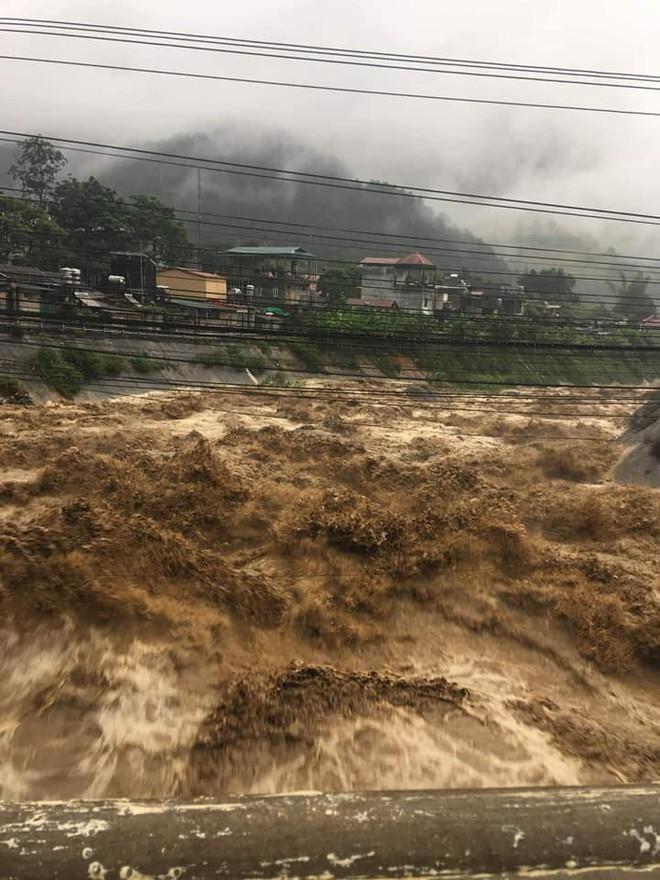 Mưa lớn gây lũ quét ở Yên Bái, nhấn chìm cả xe tải lẫn máy xúc công trình - Ảnh 2.