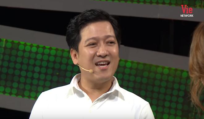 Trường Giang gây khó chịu khi liên tục hỏi xoáy chuyện tình cảm của bạn gái cầu thủ Quang Hải - ảnh 1