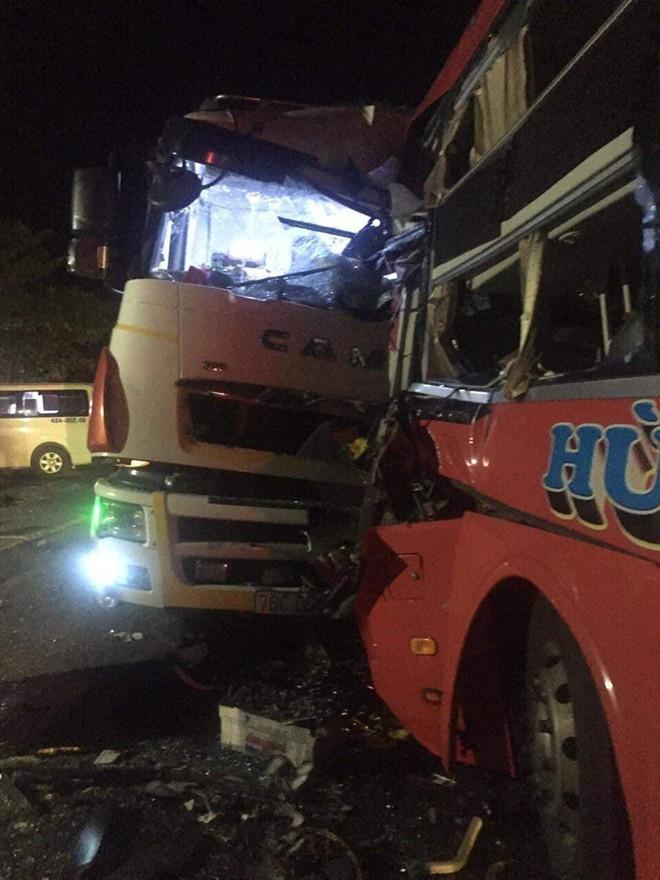 Xe khách đấu đầu xe tải tại đường tránh Nam hầm Hải Vân, 1 người chết, 24 người bị thương - Ảnh 1.