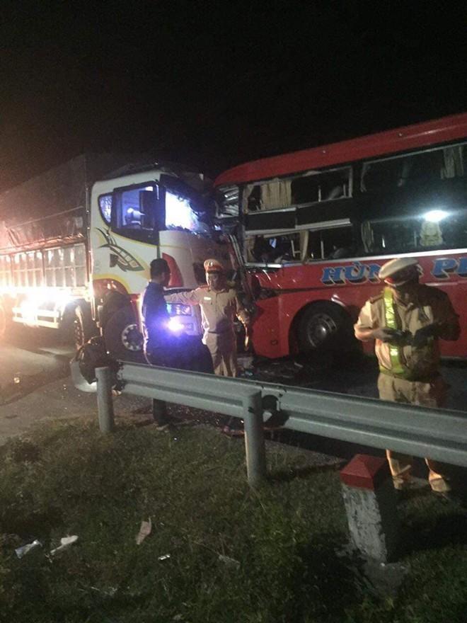 Xe khách đấu đầu xe tải tại đường tránh Nam hầm Hải Vân, 1 người chết, 24 người bị thương - Ảnh 2.