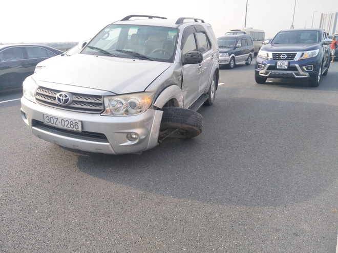 Hà Nội: 2 xe ô tô va chạm trên cầu Nhật Tân, tắc đường dài hàng km - Ảnh 1.