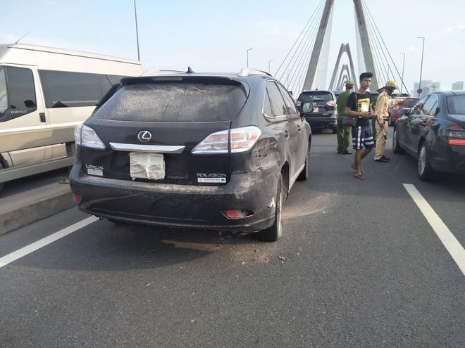 Hà Nội: 2 xe ô tô va chạm trên cầu Nhật Tân, tắc đường dài hàng km - Ảnh 2.