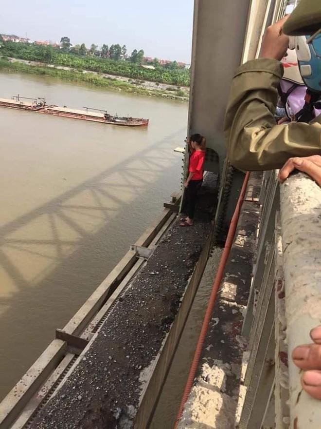 Bắc Ninh: Giải cứu cô gái trẻ nhảy cầu tự tử nghi mâu thuẫn tình cảm - Ảnh 1.