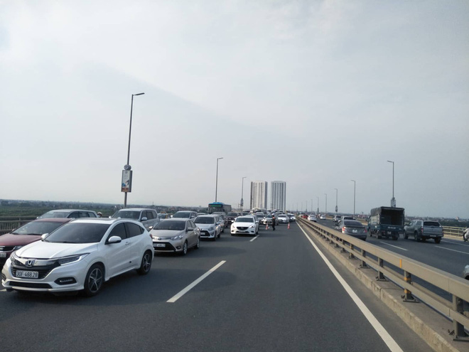 Hà Nội: 2 xe ô tô va chạm trên cầu Nhật Tân, tắc đường dài hàng km - Ảnh 3.