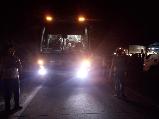 Xe máy va chạm kinh hoàng với ô tô khách, 2 bé gái chết thảm - Ảnh 1.