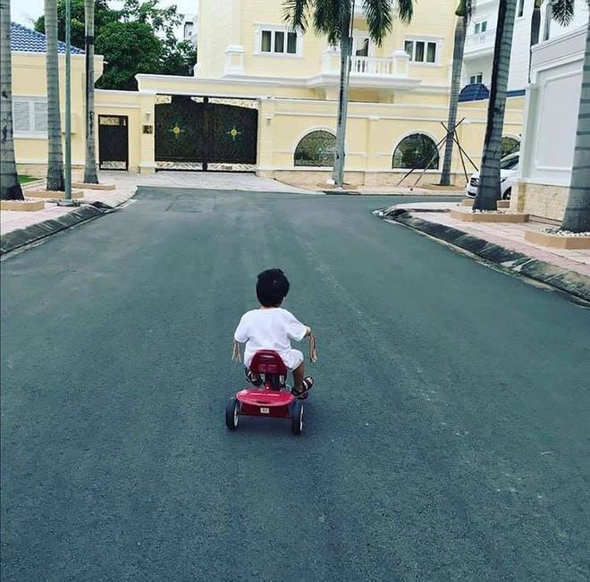 Nhóc tỳ nhà Hà Tăng với style đối lập: Con gái có tủ đồ toàn hồng, con trai chỉ diện đồ đen trắng - ảnh 12