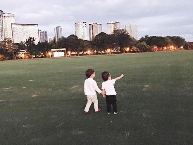 Nhóc tỳ nhà Hà Tăng với style đối lập: Con gái có tủ đồ toàn hồng, con trai chỉ diện đồ đen trắng - ảnh 11